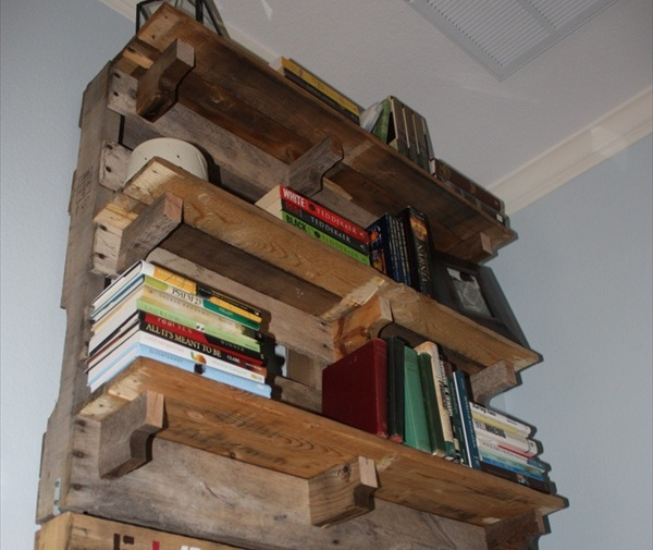 DIY Pallet Bookshelf 600 x 505