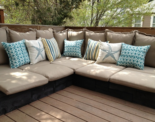 7 beautiful and fascinating pallet couches wooden pallet for Coussin sofa exterieur
