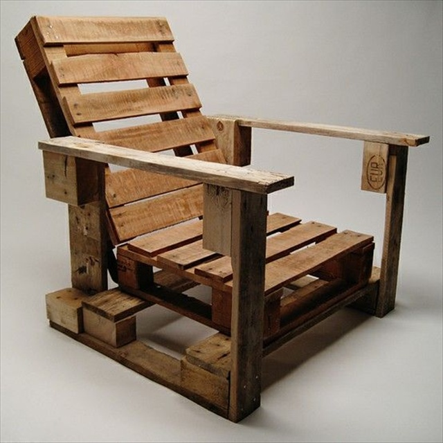 Pallet deck furniture cost effective ideas wooden - Fauteuil de jardin en bois de palette ...