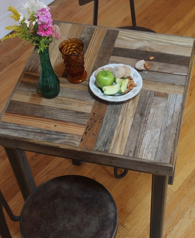 Pallet kitchen table for your dining area wooden pallet for Palette table de jardin