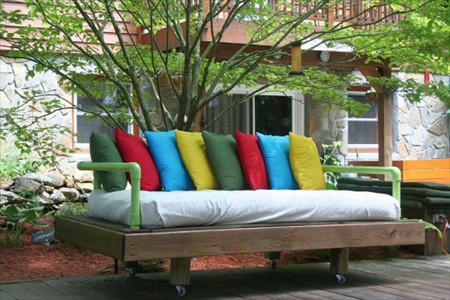 Diy daybed made from pallets wooden pallet furniture for Outdoor pallet daybed