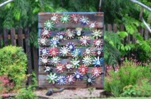 An Awesome Pallet Idea for Garden Art With Skid