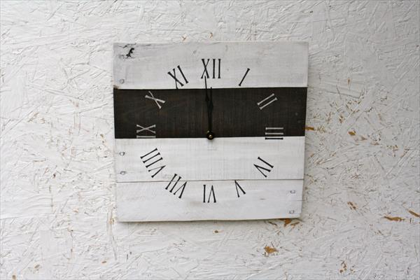 repurposed pallet clock idea