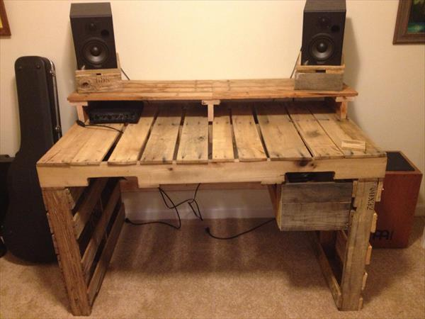 Build A Computer Desk From Pallets Wooden Pallet Furniture