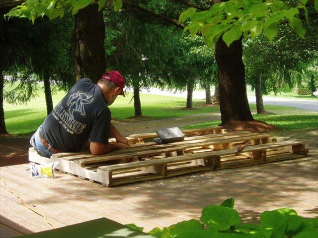 diy daybed made from pallets