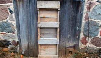 DIY Reclaimed Pallet Shelf